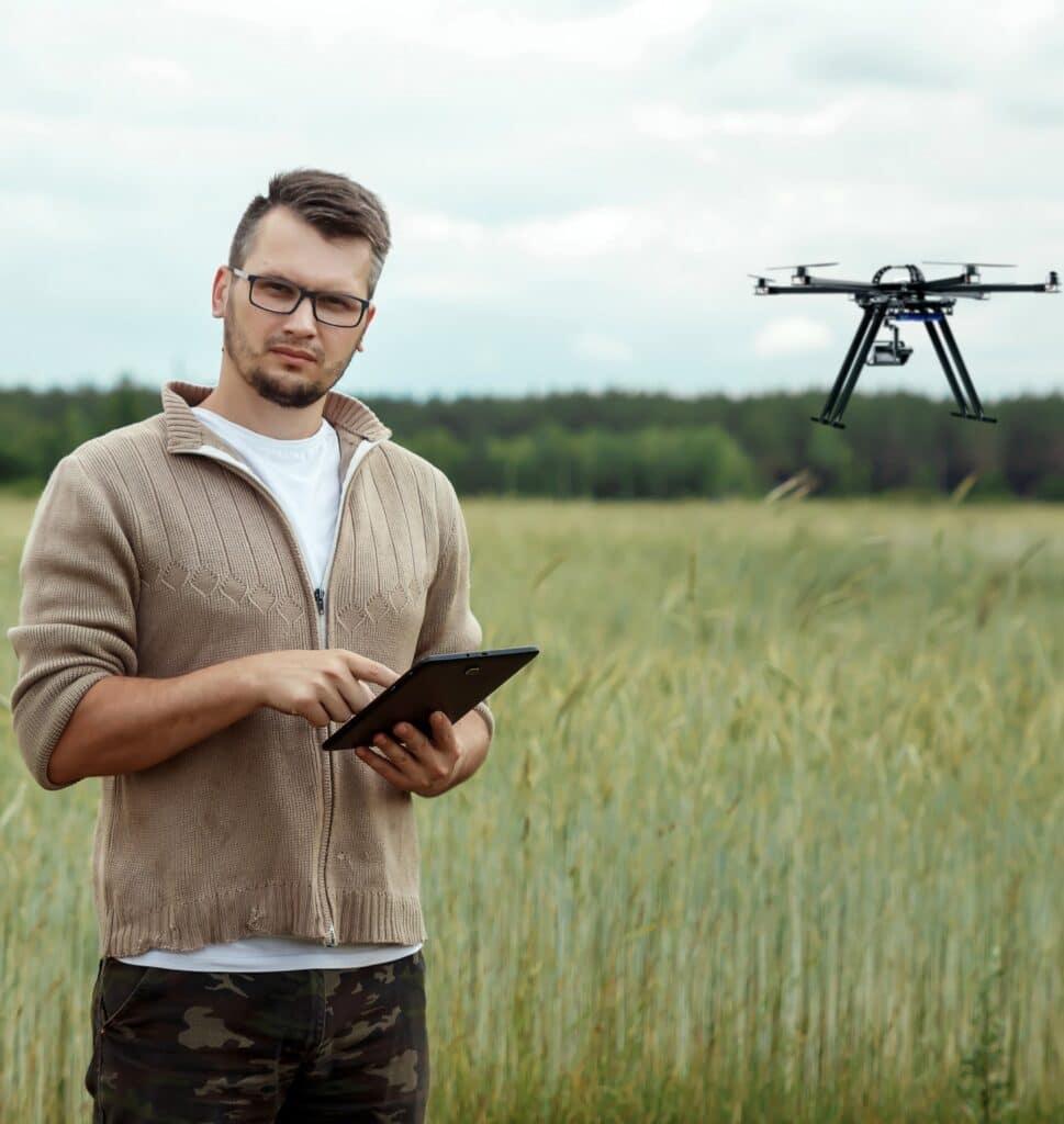 jeune agriculteur avec un drone